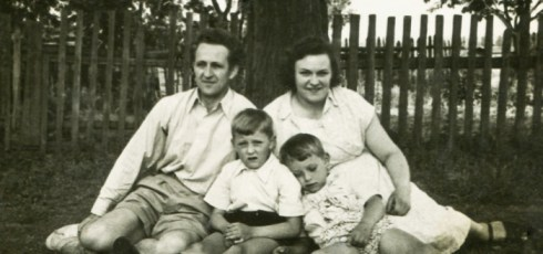 """Death Of The Traditional Family: """"Different Is The New Normal,"""" Report Author Claims"""