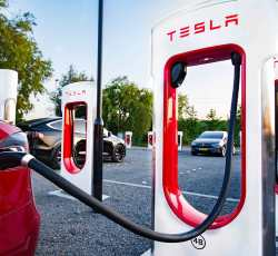 European Electric Vehicle Owners Discover Bug in Tesla Superchargers