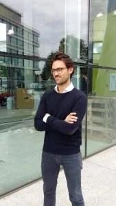 Erik Tengen van Oaky voor het gebouw van B. Amsterdam.