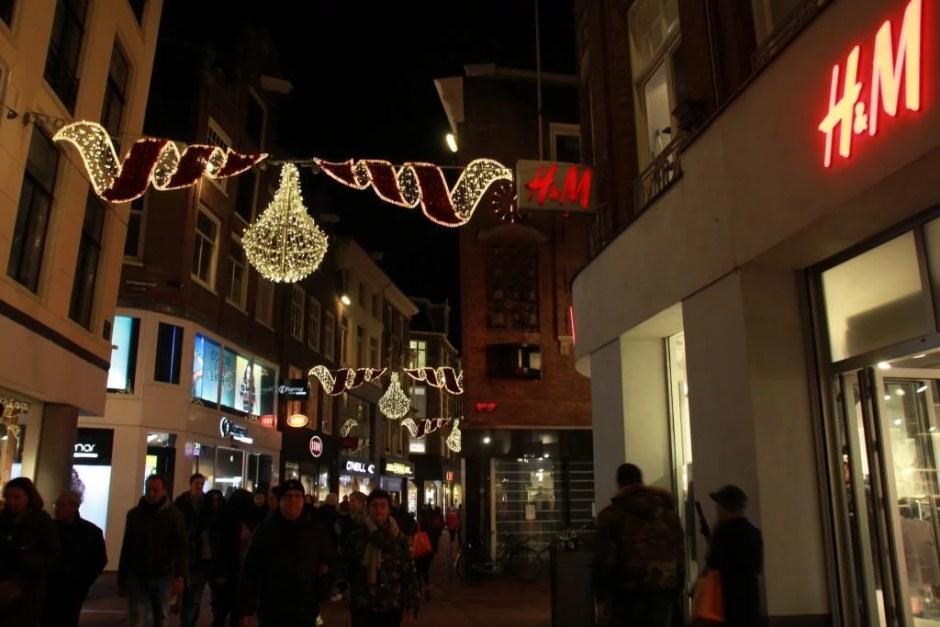 De H&M in de Kalverstraat (foto: Tess Castelijn)