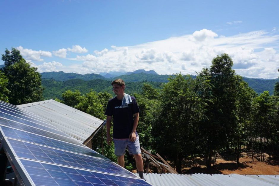 Bij de zonnepanelen in Nepal. Foto via Maya Solar Power.