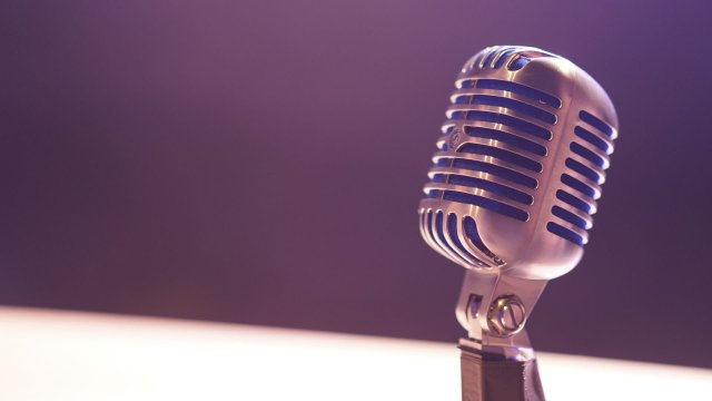 podcast-microphone-sitting-on-desk