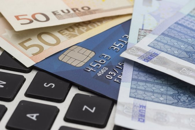 There are many ways to earn money online. It's also important to manage your money effectively while traveling.