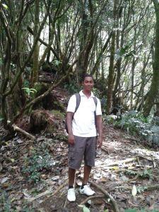 Guide Geofrey kennt sich im Wald aus