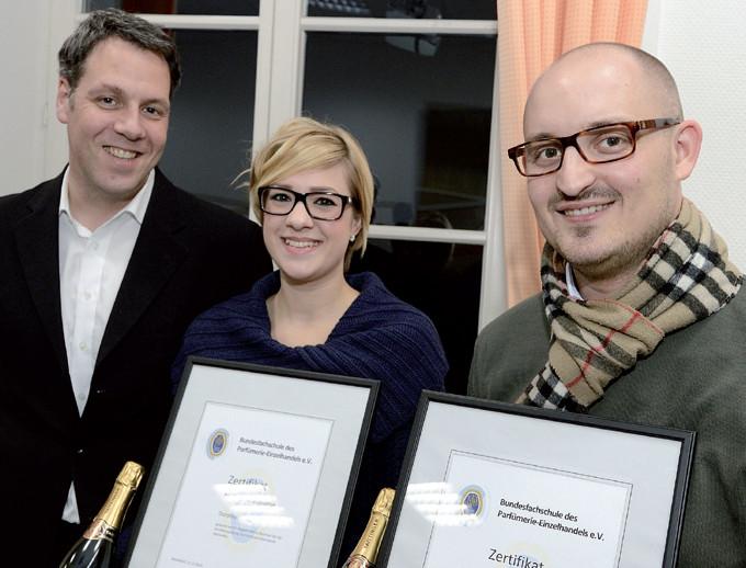 Elmar Keldenich, Geschäftsführer des Bundesverbands Parfümerien e.V., gratuliert den Parfümeriefachwirten Dorothea Heilig und Julian Kirchberger