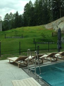 Der Outdoor-Pool mitten in den Bergen