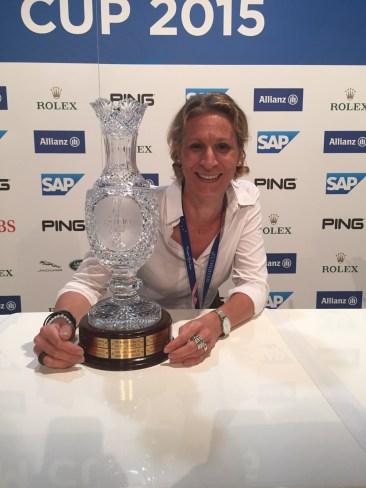Go, Europe, go! LADY GOLF-Chefredakteurin Christina Feser mit dem Cup