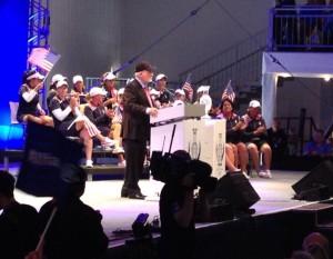 John Solheim, Namensgeber und Gründer des Turniers, verleiht den Cup bei der Closing Ceremony. Foto: Christina Feser
