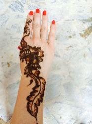Und natürlich Henna-Malerei für die Hände - wird aufgetragen, dann mindestens eine Stunde trockenen gelassen. Danach vorsichtig abwaschen - dunkelt in der Sonne nach und hält mindestens einen Monat
