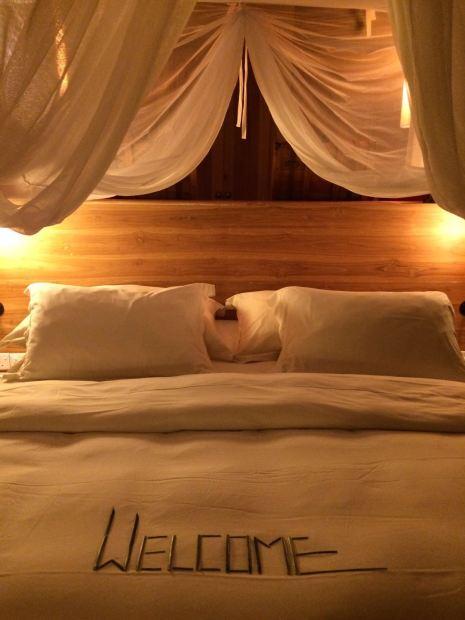 Ein herzliches Willkommen am Abend im Zimmer des Six Senses Laamu.