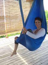 Abhängen bei Aerial Yoga. Franka Hänig fühlt sich wohl