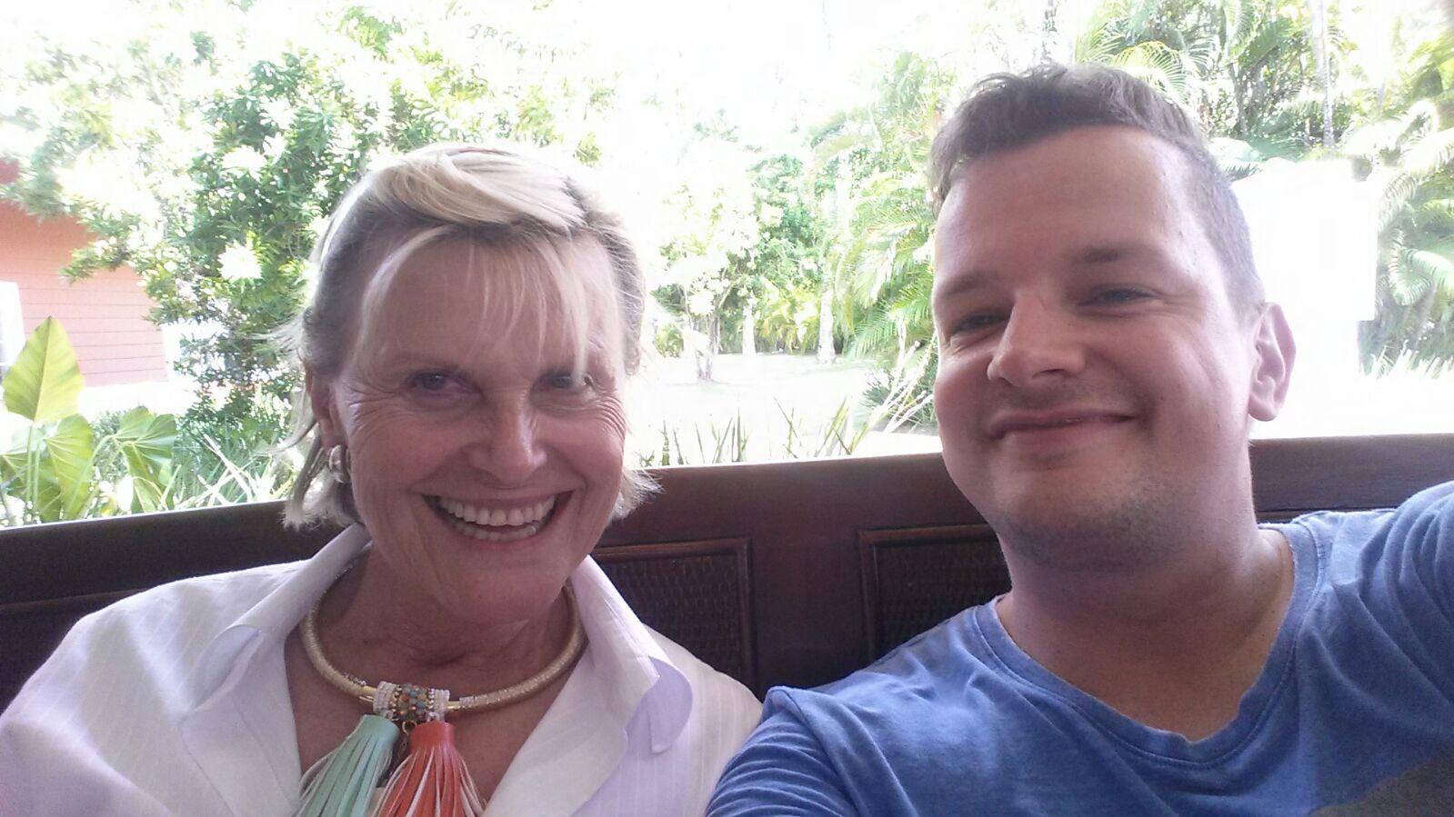 Motorsportlegende trifft Welness: Ex-Rennfahrerin Lili Reisenbichler aus München ist passionierte Golfspielerin und nam am DR Golf Travel Exchange Turnier teil. Hier sitzt sie bei SPA inside-Redakteur Jens Korch.