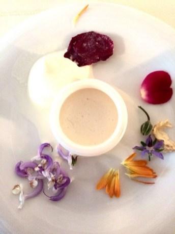 Das Dessert ist einen Hommage an die Rosen-Serie: Roseneis mit Holunderblüten-Johannisbeergelee und kandierten Rosenblüteb