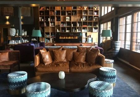 Die Lobby ist wie ein großes, gemütliches Wohnzimmer