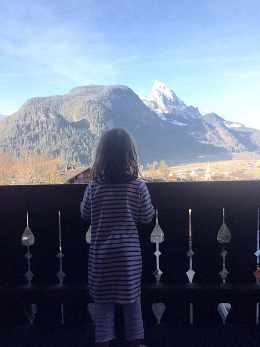 Vom Hotel im Chaletstil schaut man über Saanem und hat schon morgens einen Ausblick aufs grandiose Bergpanorama