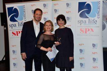Konstanze Ruf nimmt den Special Award für das Chiva-Som International Health Resort entgegen