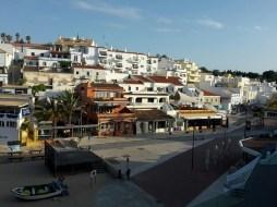 Immer am Meer entlang führt der Weg über den Holzsteg vom Hotel Tivoli zum Zentrum von Carvoeiro.