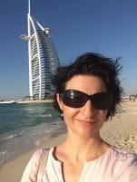 Das Resort liegt direkt am Privatstand. Vor der Nase: das Wahrzeichen von Dubai: das Segel vom Burj al Arab
