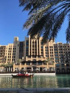 Das Spa erreicht man sehr romantisch mit den Holzbooten, die im Resort auf Kanälen entlangfahren: sie heißen Abra.