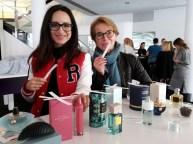 Auch Susanne Stoll gehört der Jury an. Hier testet sie zusammen mit Schauspielerin und Moderatorin Stefanie Stumpf.