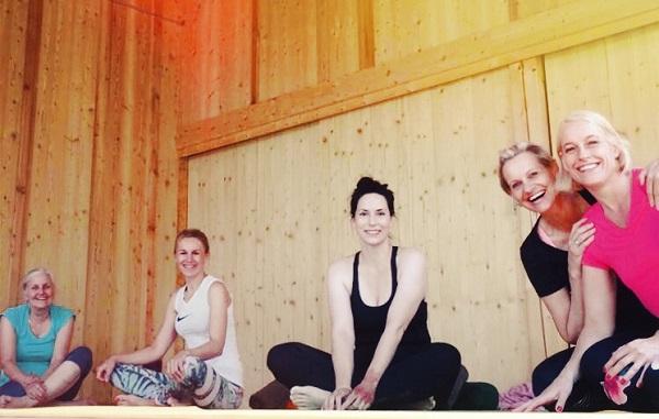 Gute Laune beim Yoga.