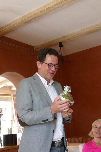 Hoteldirektor Peter Staudacher freut sich über ein kleines Dankeschön der Teilnehmerinnen.