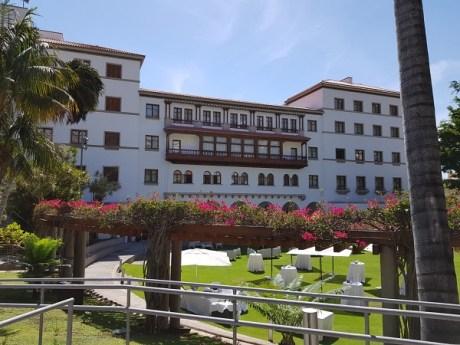 Abstecher ins Iberostar Grand Hotel Mencey. Gerade ist die Frauen Basketball Weltmeisterschaft auf Teneriffa und die meisten Spielerinnen und Coaches wohnen in diesem sehr schönen Hotel. Hier finden Sie auch einen riesigen Fitness- und Cardiobereich u Poolanlagen vor.