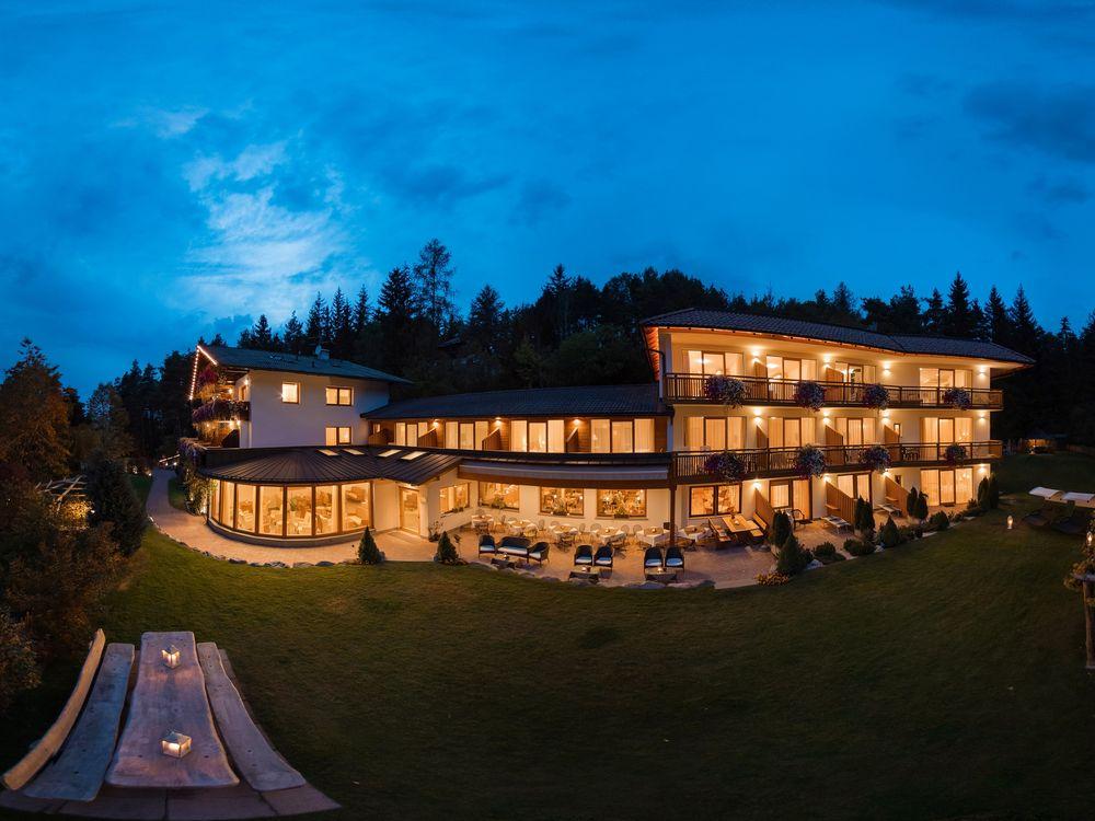 Außenansicht einer Hotelanlage mit beleuchteten Fenstern