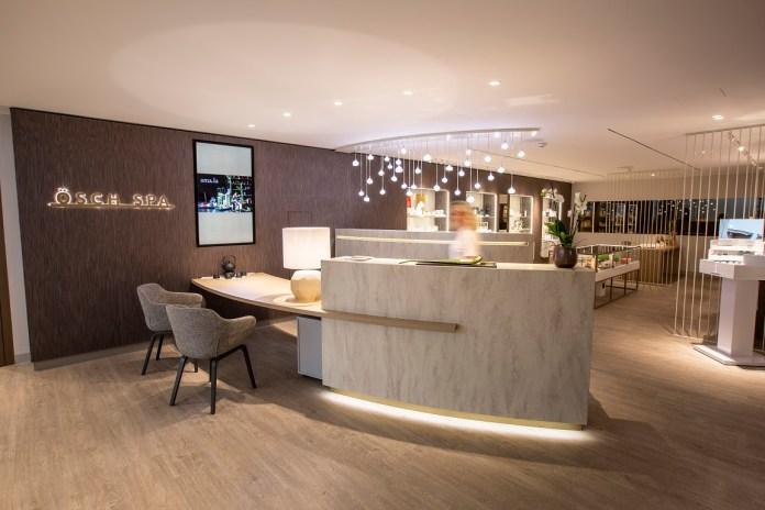 moderne-lobby-mit-stühlen-an-der-theke