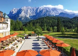 panoramabild-hotelanlage-in-den-bergen