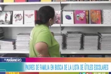 PADRES DE FAMILIA EN BUSCA DE LA LISTA DE ÚTILES