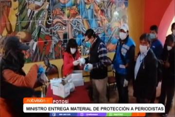 MINISTRO ENTREGA MATERIAL DE PROTECCIÓN A PERIODISTAS