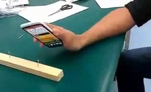 Unos rusos probaron la dureza del smartphone clavando una madera.
