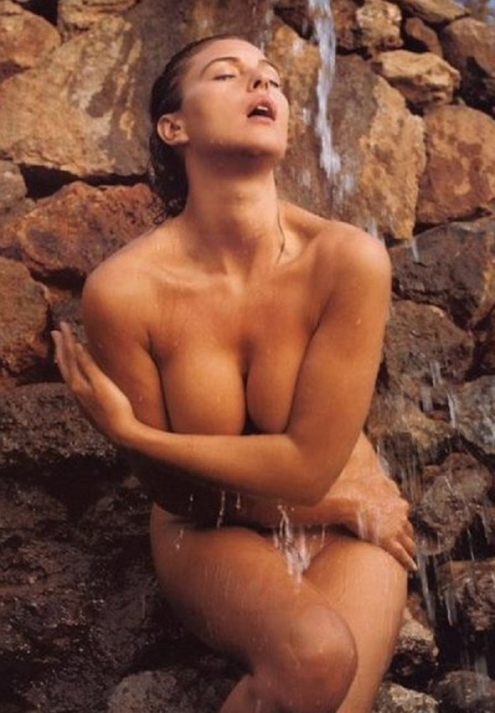 monica-bellucci-sexy-hot-naked