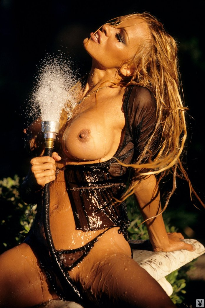 pamela_anderson_playboy_nude_naked_wet_pambition.com(1)