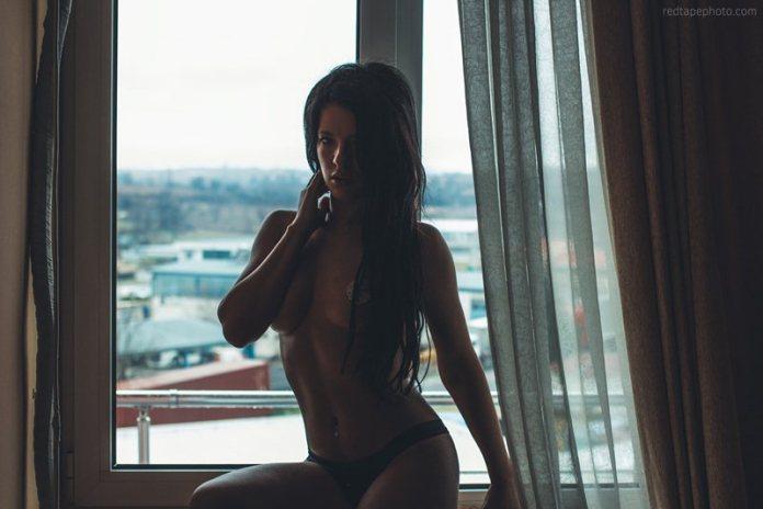 veronica-scandale-window-photoshoot-kanoni