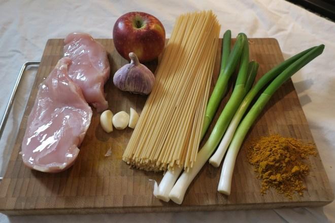 Spaghetti med kylling og forårsløg i karry