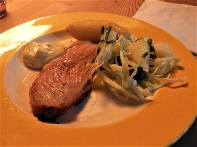 Kalveculotte med esragoncreme og spidskålsalat