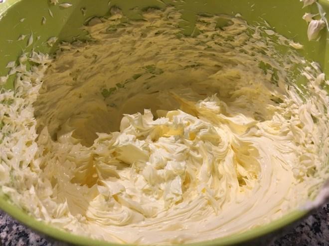 Smør piskes til cupcake-icing