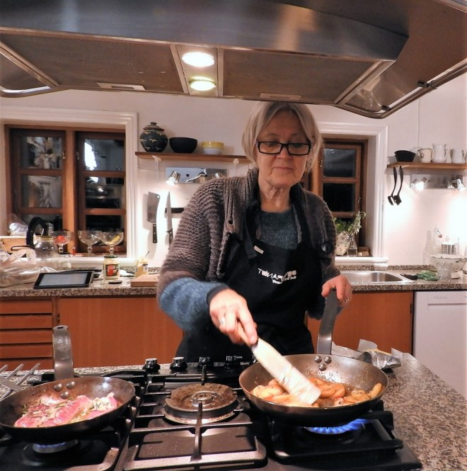 Jeg forbereder lammebørbrad og stegte æbler. / Vibeke Brønnum
