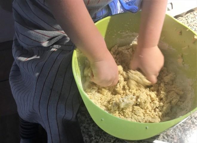 Dej til pebernødder og kagemænd æltes - en fest for barnehænder