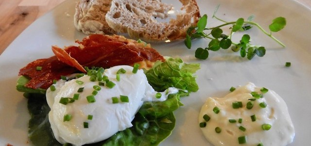 Pocheret æg med skinke og aioli