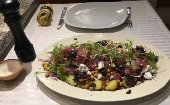 Radiccio-salat med spidskål, kikærter og oliventapenade