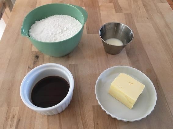 Ingredienser til glasur til valnøddekage