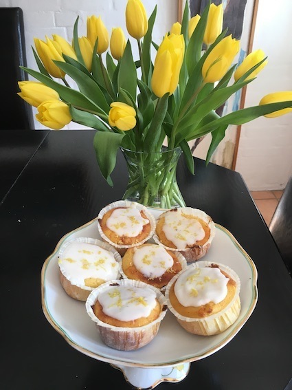 Citronmuffins med citroinglasur og citronskal som dekoration