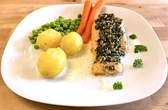 Ovnbagt laks med persillepesto, nye grøntsager og skummende limesauce