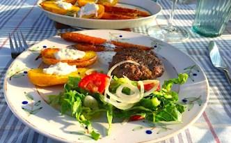 Grillede grøntsager og krydret hakkebøf