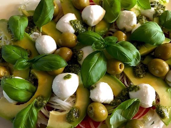Salat med glaskål, avocado, og mozzarella.