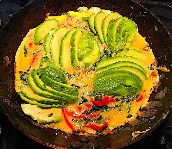 Grøntsagsomelet med squash, palmekål, peberfrugt og avocado.