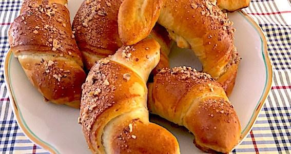 Mandelhorn bagt med smør.